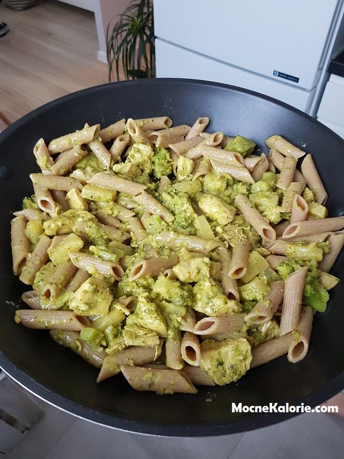 Filet z kurczaka w słodko-ostrym sosie z brokułem i ananasem